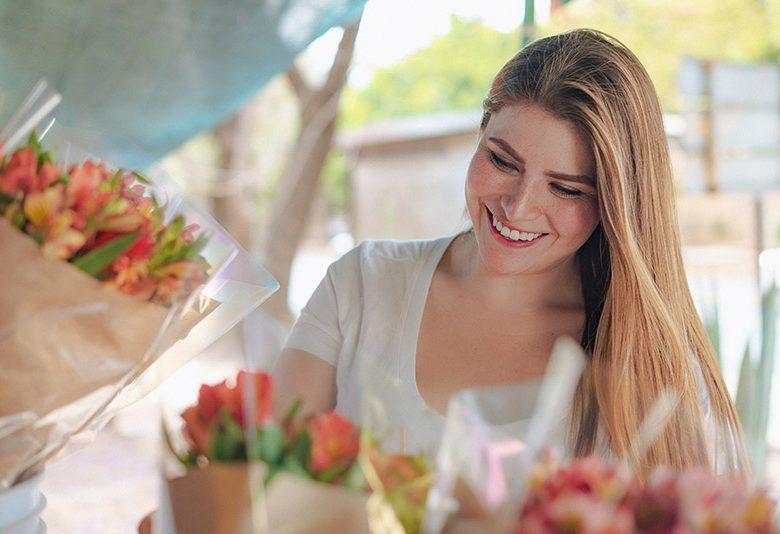 Kadınlar Çiçekler ile Daha Güzel